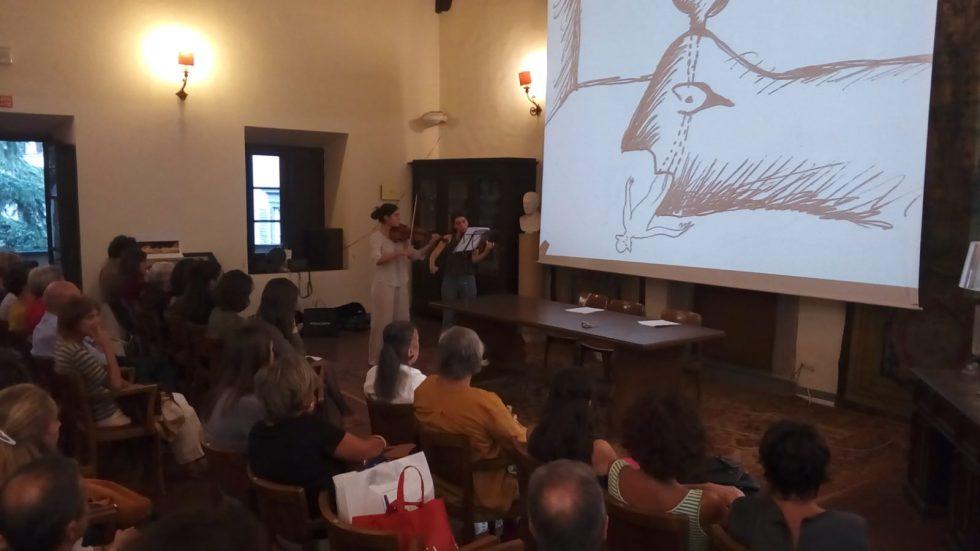 """Viola Innocenti suona il violino durante la presentazione del suo libro """"Sogno d'Arte"""""""